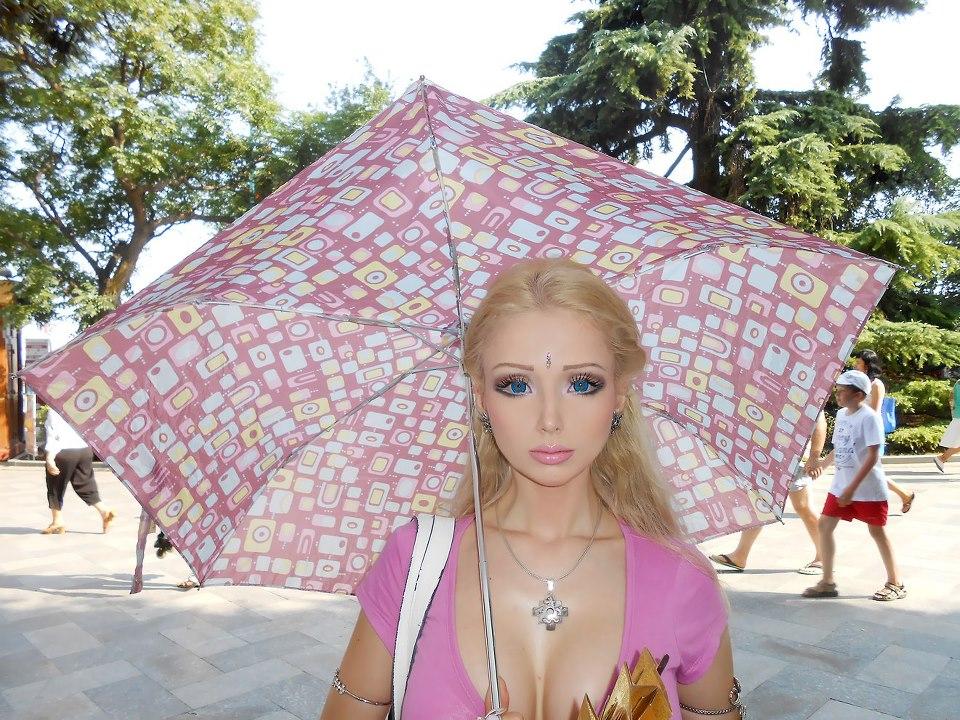 Barbie humana v/s hada: Valeria Lukyanova   Viste la Calle