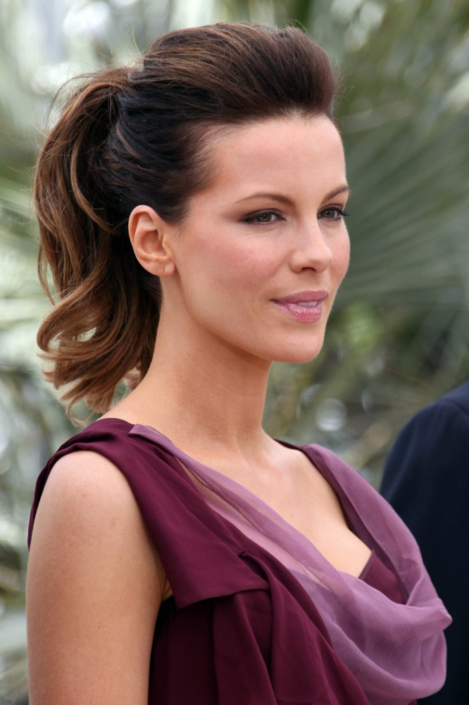 Curly side fringe weave hairstyles 1000 ideas about side part weave on - Kate Beckinsale Viste La Calle