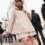 Japonesas usan sus piernas como plataforma publicitaria