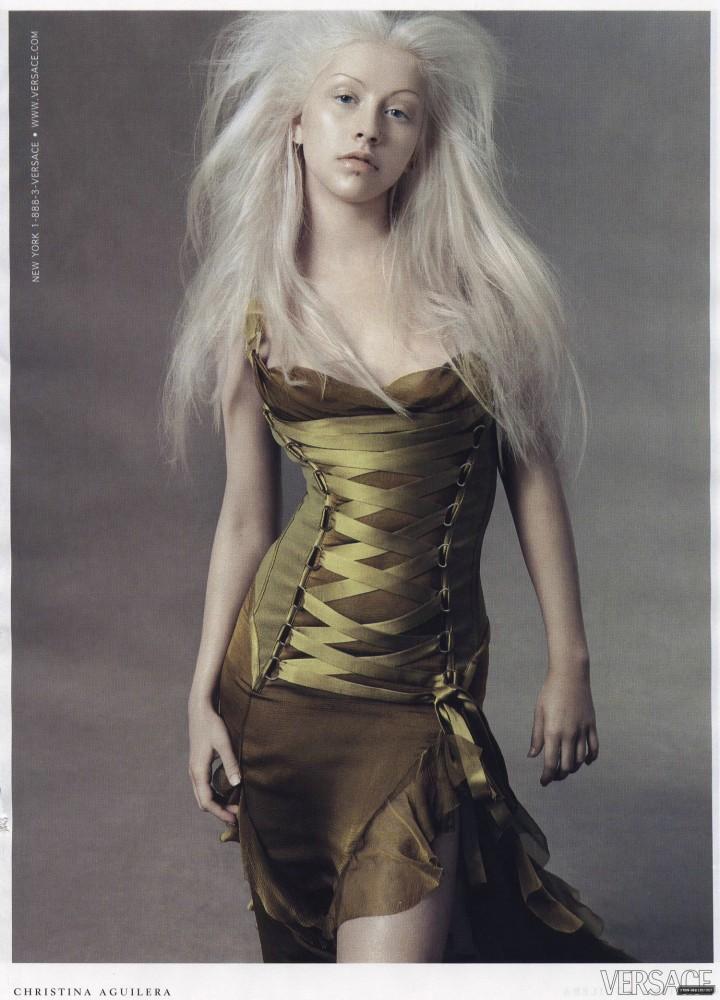 Flashback: Christina Aguilera para Versace, 2003 – Viste la Calle