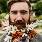 Barbas con flores: nueva tendencia que se toma las redes sociales
