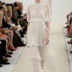 El desfile blanco y romántico de Valentino que deleitó a Nueva York