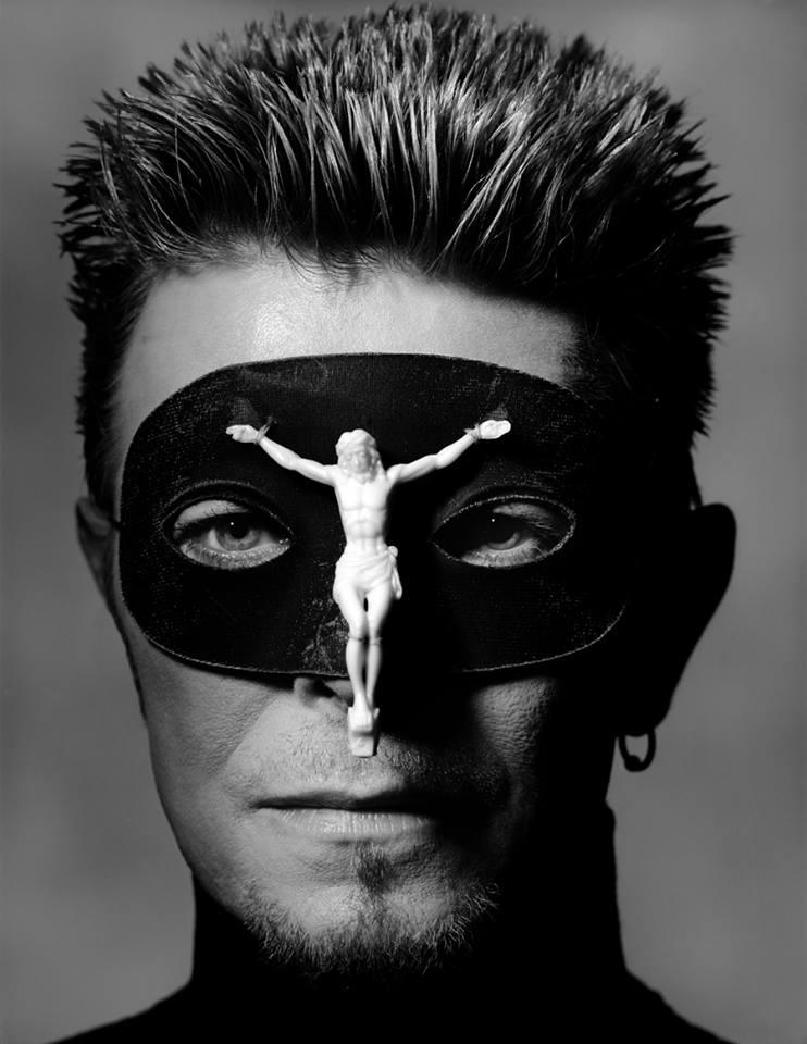 1996 Bowie en máscara de McQueen del show Dante por Albert Watson