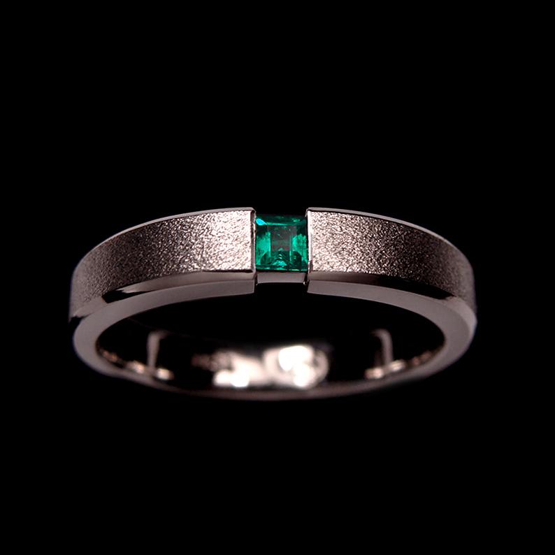 anillo esmeralda satinado