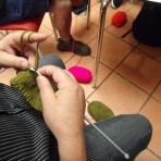 Hombres Tejedores: El proyecto chileno que reune lanas, palillos y hombres con ganas por aprender a tejer