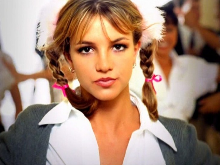 Britney-Spears-school-girl-outfit