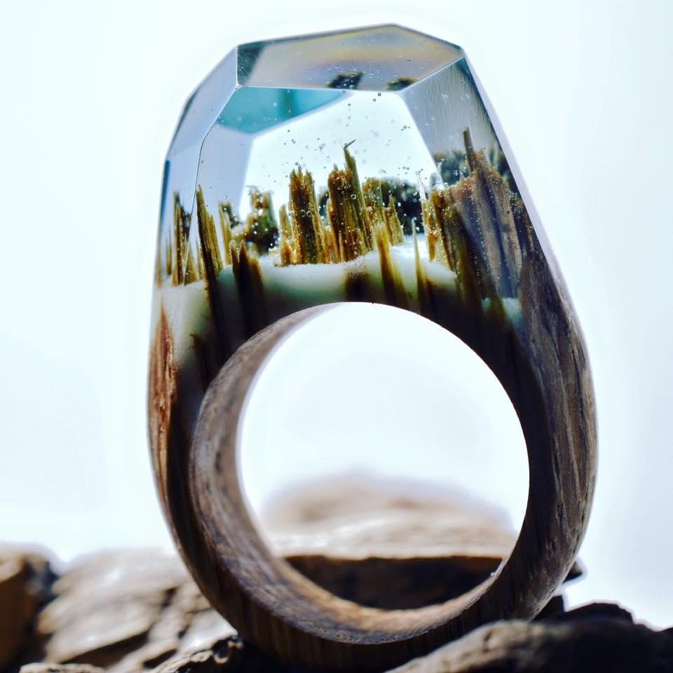 Los anillos Secret Wood y sus paisajes en miniatura encapsulados en resina
