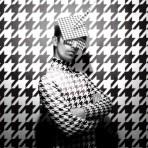 """Entrevista a """"Juan, el daltónico"""", diseñador chileno de tocados: """"Para mí la moda es otra de esas grandes expresiones como la Pintura o la Arquitectura"""""""