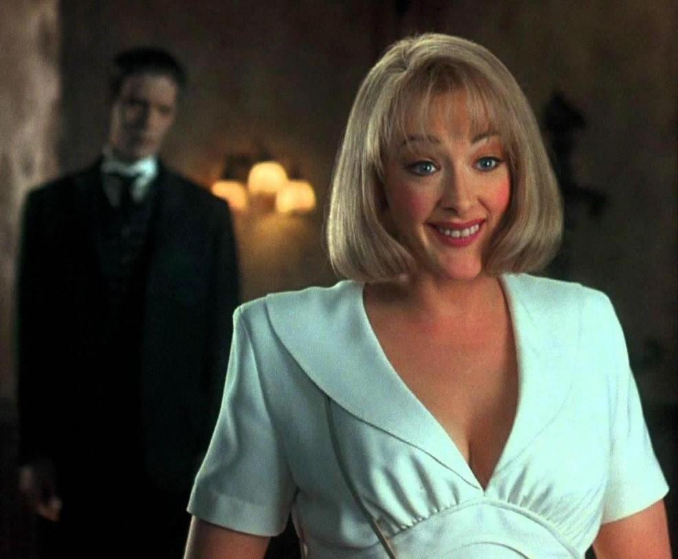 Joan Cusack como Debbie Jellinsky y Carel Struycken como Lurch en La familia Addams. La tradición continúa