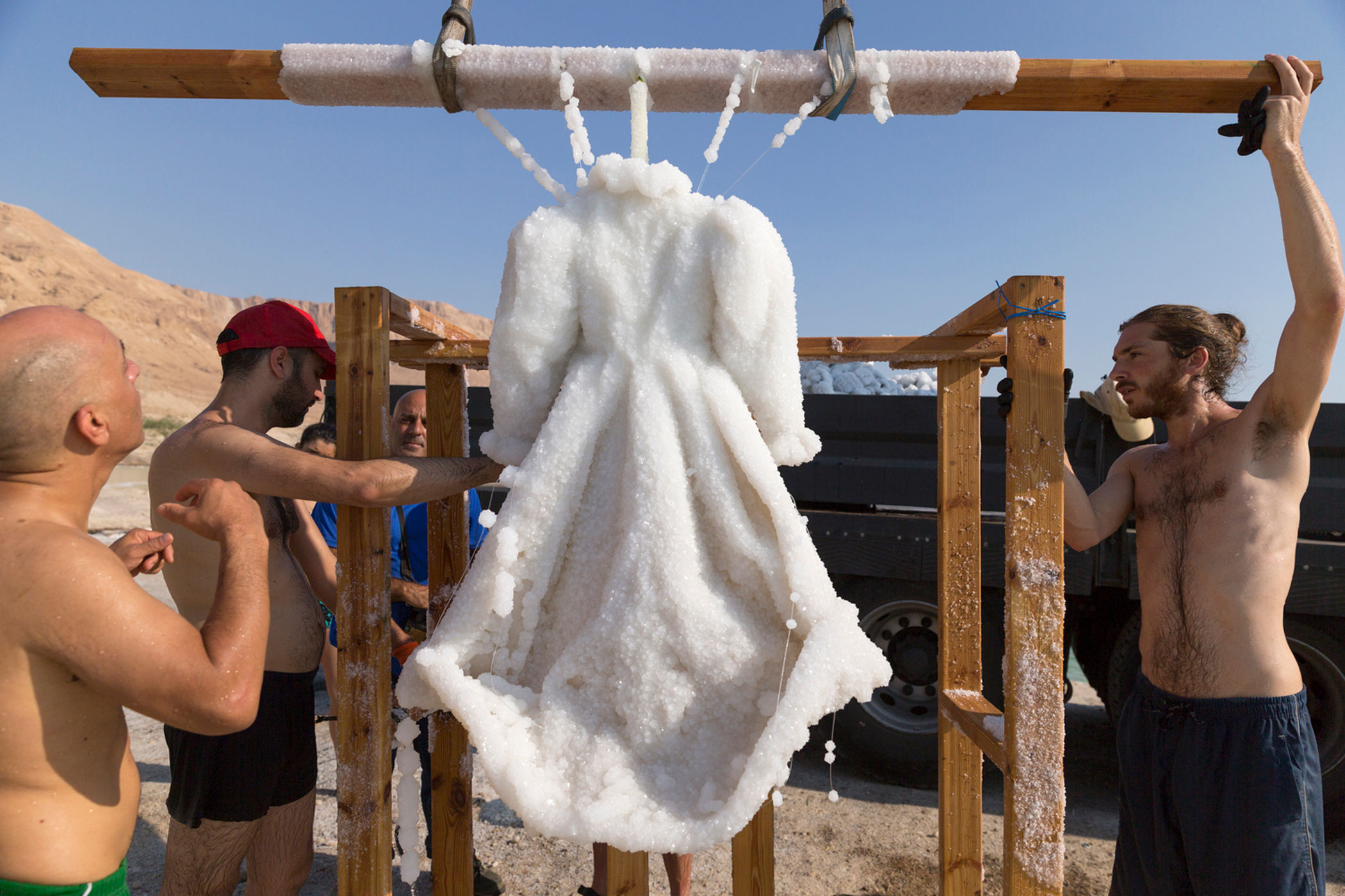Increíble transformación de un vestido sumergido por dos meses en el Mar Muerto