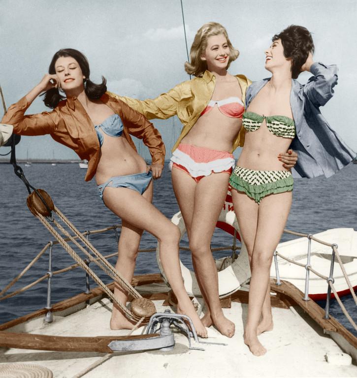 Trois-jeunes-femmes-en-bikini-sur-un-bateau-sur-les-cotes-de-l-Atlantique-fin-des-annees-50-debut-60_max1024x768