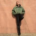 """Entrevista a Esteban Pomar, productor de moda y estilista chileno: """"Los medios de comunicación en Chile son súper aspiracionales, clásicos y buscan llegar a un público que no existe"""""""