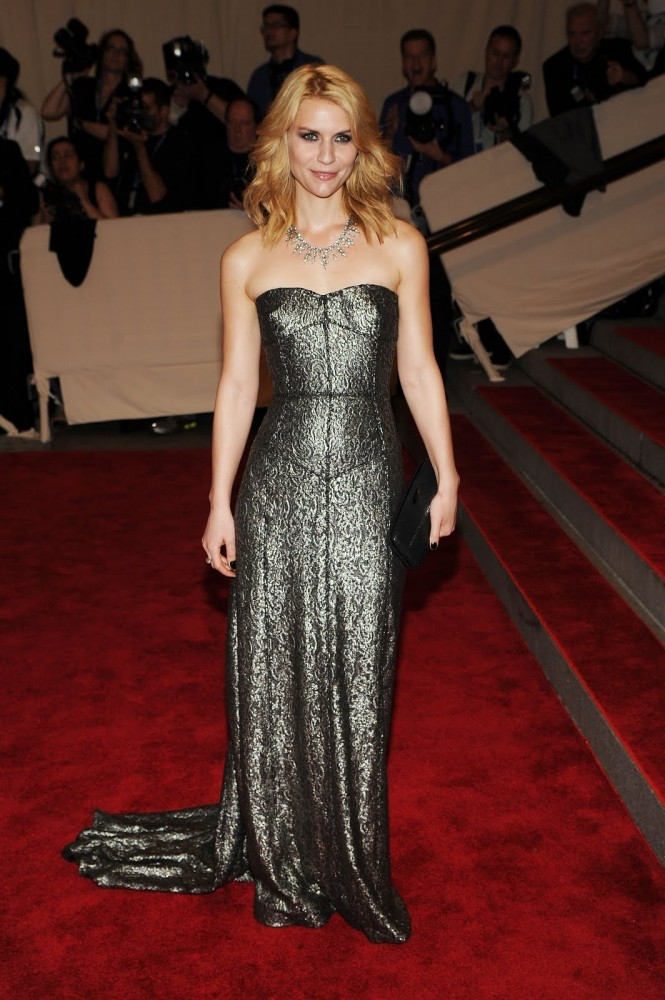 claire-danes-wearing-burberry-to-the-met-gala-may-3-2010