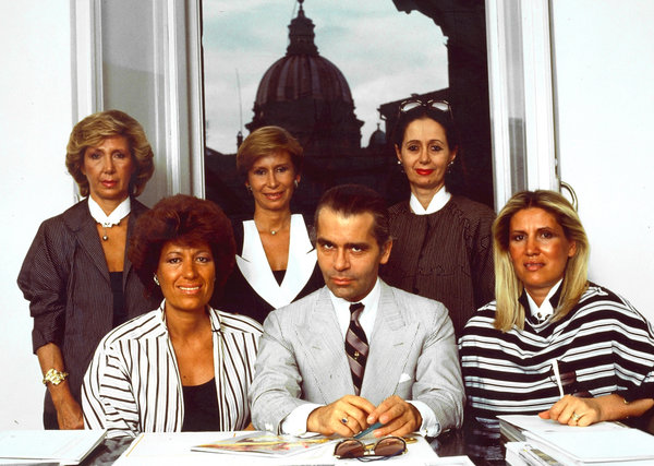 karl-lagerfeld-with-the-5-fendi-sisters-in-1983