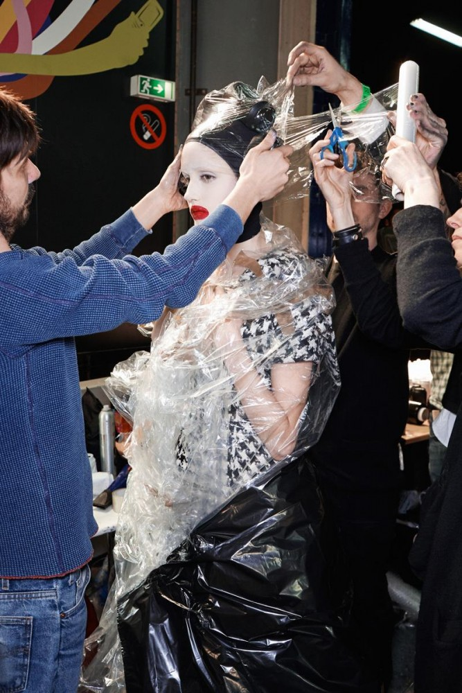mcqueen-unseen-go-behind-the-scenes-and-dive-into-lees-world-body-image-1476812018