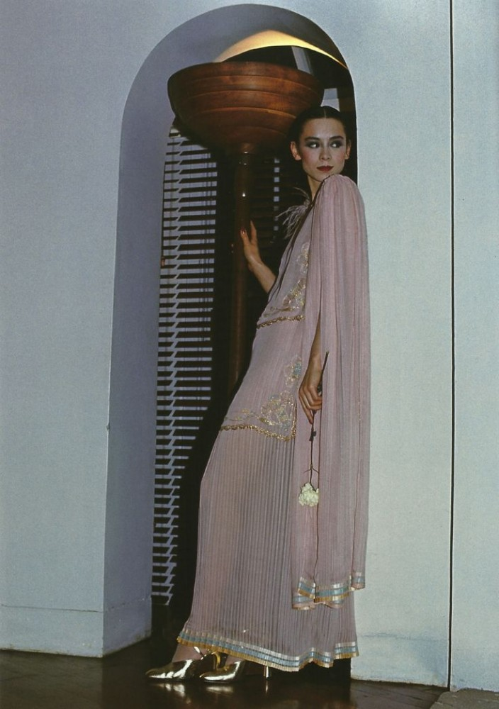 DAVID_BAILEY_TINA_CHOW_IN_AN_ENSAMBLE_BY__BILLY_GIBB_BRITISH_VOGUE_APRIL_1976